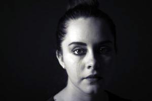 Donna piange 300x200 1